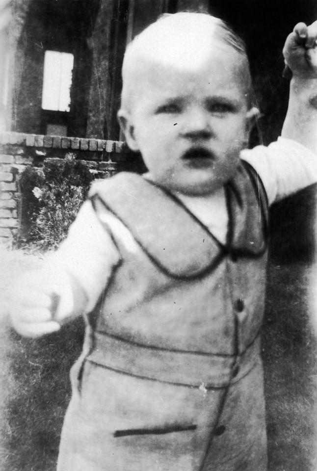 June 1, 1932 (written on back).  Lee Phillips III.
