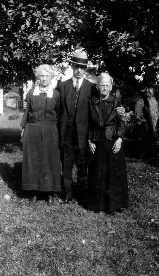 Lucinda Faucett Phillips, Lee Eldas Phillips(?), Martha Ellen Rogers Carr