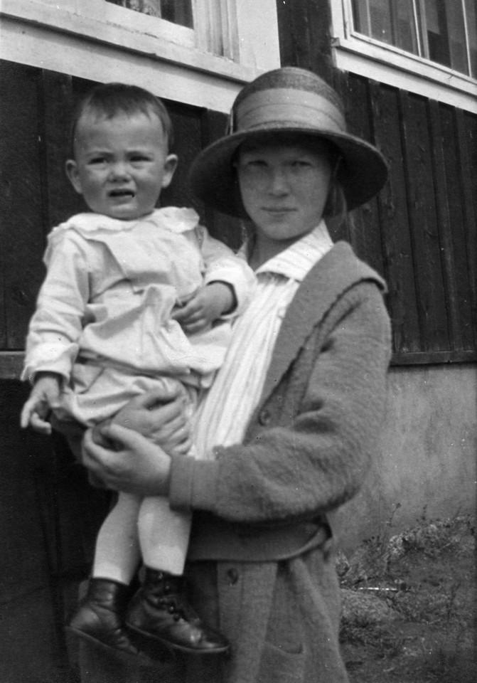 1919, Estes Park, Colorado.  Harry Hoffman Brown (1918-1943), Anne Katherine Innes (Phillips) (1905-1993).