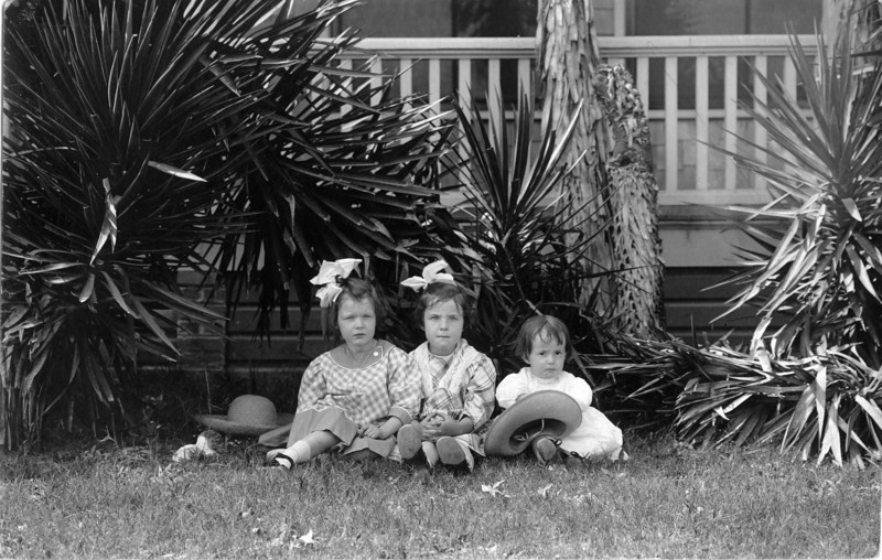 1910, Florida.  From left to right:  Anne Katherine Innes (Phillips), Elizabeth Woods, Julia Woods (Lavender)