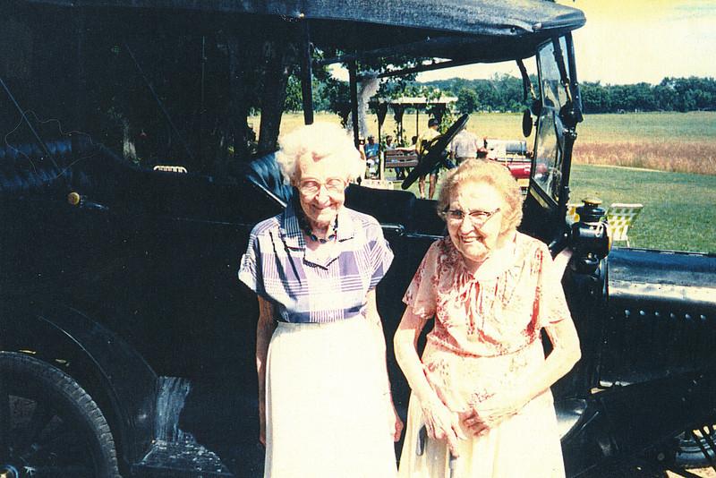 """Glenna Ellen Dew (1900-1997), Josie Louisa Dew (1897-1999)  Written in the Rogers Reunion Photo Album Volume III page 24 """"Glenna with sister Josie 1989""""."""