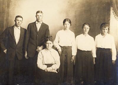 Majors Family; Enoch, Pearl, Mary Jane, Elsie, Tina, Easter Helen. circa 1917/1918