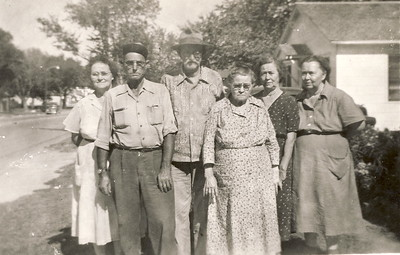 James Matthews and Della Greathouse center. Possibly with children Edna, Lawrence, Edith, Mary.