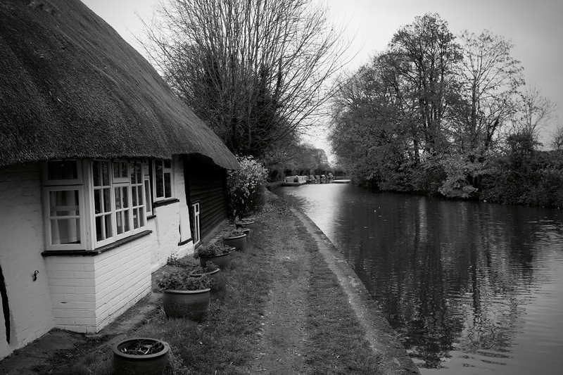 Thatched Cottage On The Grand Union Canal