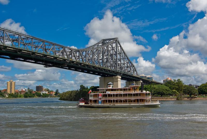 Story Bridge and Kookaburra Queen Paddle Steamer: Brisbane
