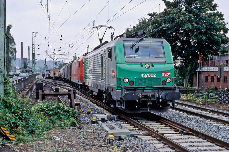 SNCF 37002 drags DB 185-023 and train through Bad Honningen on 16 September 2009