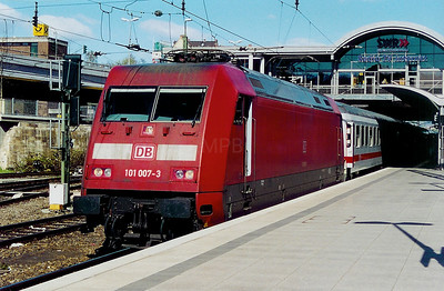 101 007 at Mainz HBF on 6th April 2003