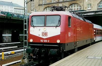 112 129 at Hamburg Hbf on 12th December 1997