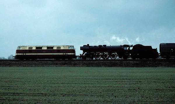 Deutsche Reichsbahn 118xxx & 03 2058, near Schoenfeld, east Berlin, Fri 11 February 1977.  The B-B diesel-hydraulic pilots the 03 light Pacific on the 1407 from Berlin Ostbahnhof to Leipzig and Aue.  Photo by Les Tindall.