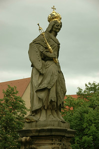Saint Kunigunde by Peter Benkert 1744 stands on the lower bridge.