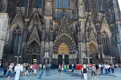 cologne-cathedral-people