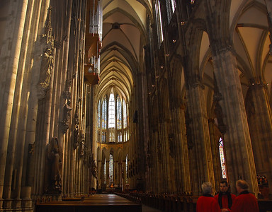cologne-cathedral-priests-2-