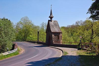 road-small-castle