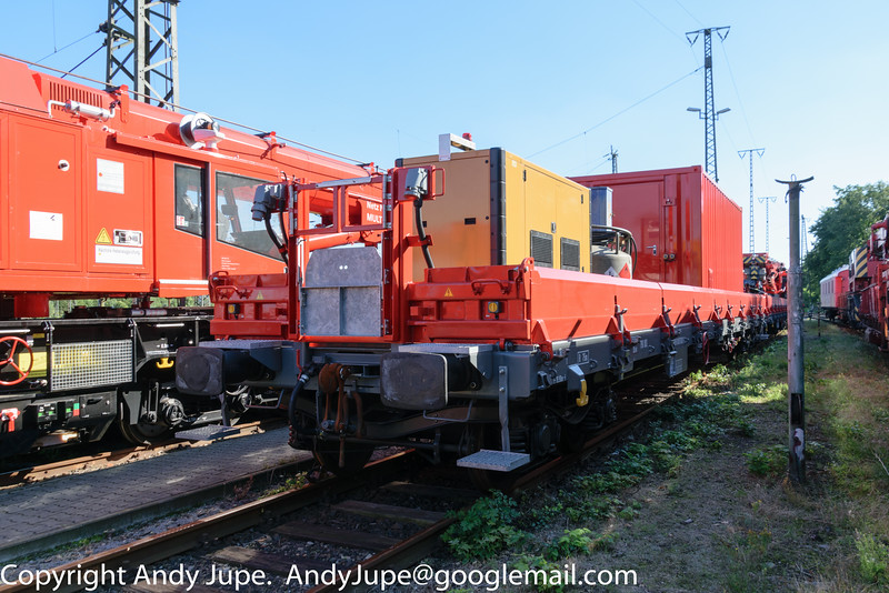Materialwagen for KRC1200 732 003 (99 80 9471 003-0), number 99 80 9370 072-7 sits at Wanna-Eickel (D) on the 23rd of August 2016