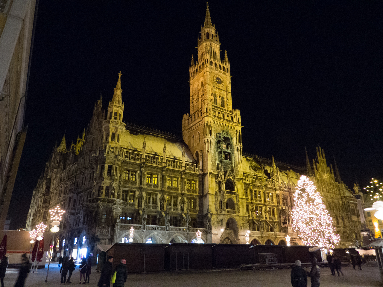 Neues Rathaus at night
