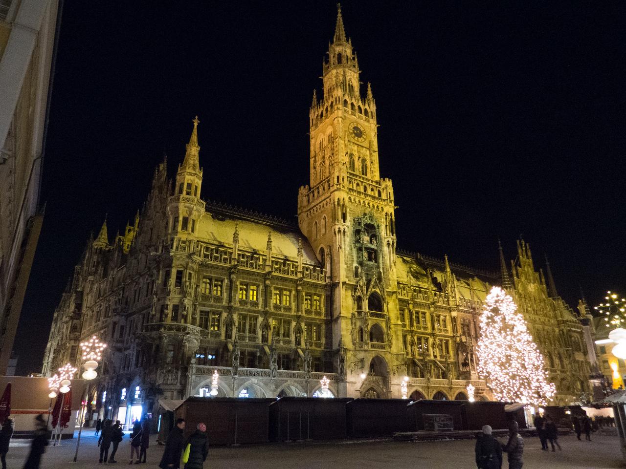 Neues Rathaus at night