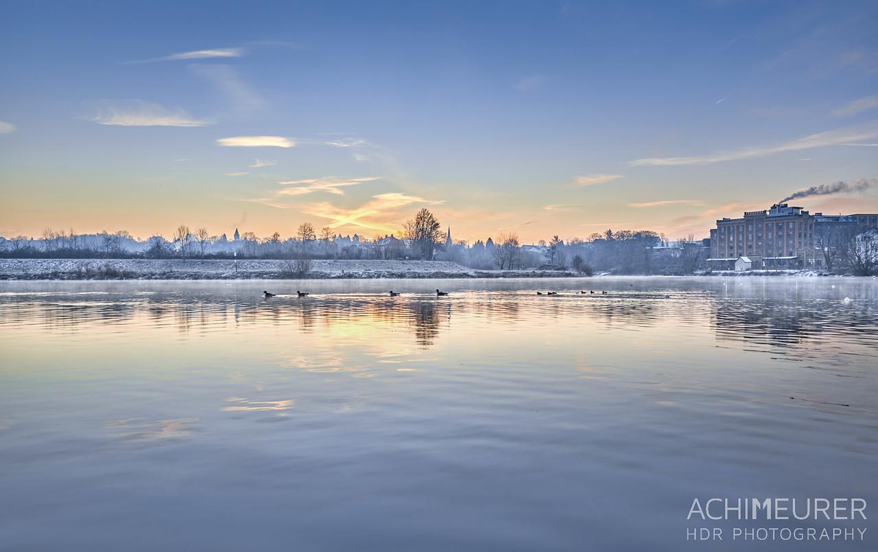 Sonnenaufgang an der Ruhr bei Hattingen im Ruhrgebiet im Winter