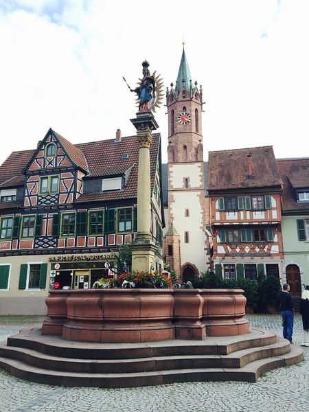 Ladenburg, Marktplatz mit Marien-Statue, the building on the left dated to 1577
