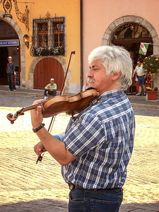 Kemmerer___A violinist performing in the Rothenburg town square