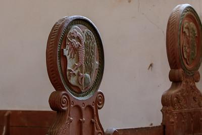 Wappen der Stadt Gardelegen auf dem Kirchengestühl, bestehend aus einem golden bewehrter roter Adler, hinten auf grünem Boden wachsend drei an grünen Stangen emporrankende grüne Hopfenpflanzen mit Dolden und Blättern. ursprung aus dem 14. Jhd.