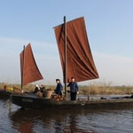 The Moor farmers used so-called half-Torfkähnen Hunt. This type of ship is 10 m long, 1.95 m wide and 30 cm depth. The sail is impregnated with tar and therefore brown. The peat boat can be sailed by one person. Today we see the brown sails of the Torfkähne again floating on the water trails in the midst of the vicious old bog. Instead of carrying peat the ships now carry sightseers.