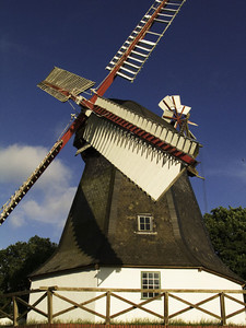 The Worpsweder windmill with painted white hull and white / red wing work is considered then and now as a symbol of the artist village. After extensive restoration, it is again fully functional and a fair wind to rotate their wings like in ancient times.