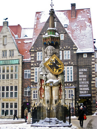 """Roland, bearing Durendart, the """"sword of justice"""" and a shield decorated with an imperial eagle Altstadt Bremen Germany"""