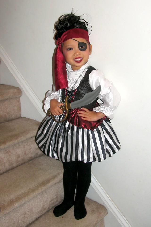 2011 10 31 Pirate Girl (1) 4x6