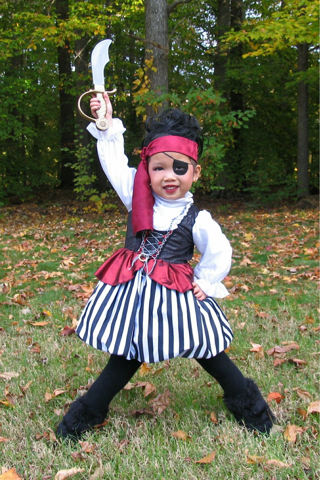 2011 10 31 Pirate Girl Outside (1) 4x6