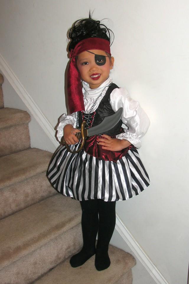 2011 10 31 Pirate Girl (2) 4x6