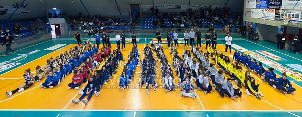 Foto di gruppo per tutte le squadre partecipanti al Palasport di Bastia Umbra