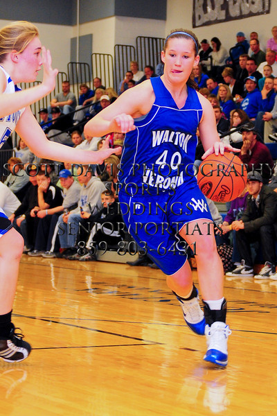Walton-Verona Kelli Dixon drives strong to the basket.