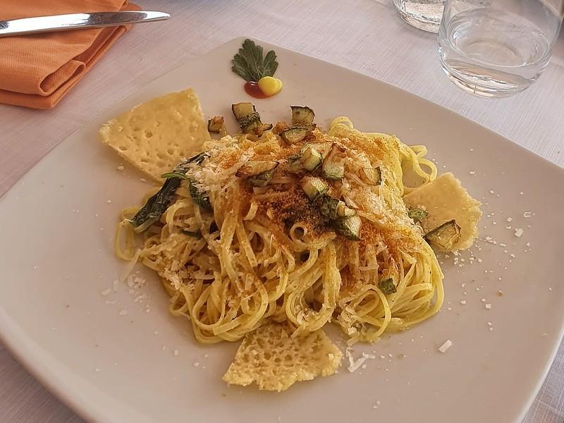Tagliolini Gavinotilocca, bottarga, pecorino, basilico e zucchine