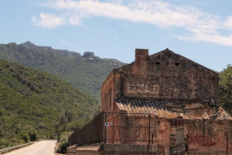 Cantoniera ovile cannas, un vecchio edificio anas in rovina sull'orientale sarda, non lontano dal parco dei sette fratelli