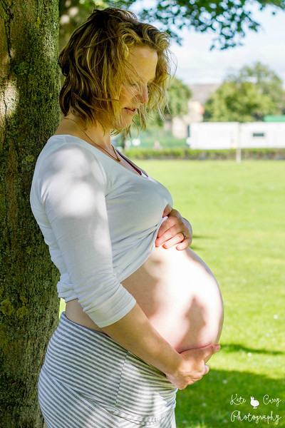 Maternity photo in an Edinburgh park