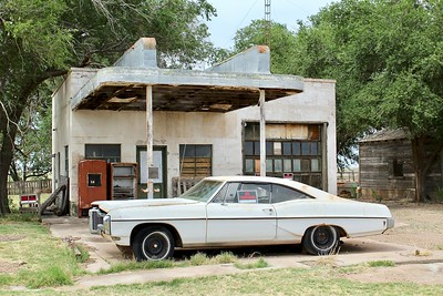 1968 Pontiac Catalina parked at old Texaco station (2018)