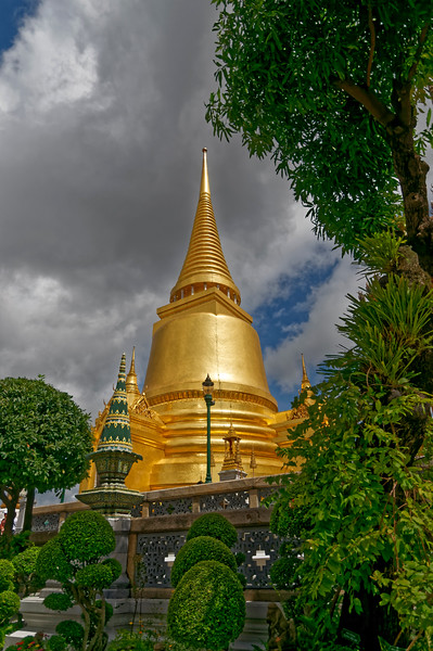 Phra Sri Rattana, the Golden Chedi, the temple's principal stupa, was built by King Mongkut, Rama IV, and is said to hold a piece of the Buddha's breastbone. It was modeled after a <i>chedi</i> of the same name in the kingdom of Ayutthaya, the intent being to evoke some of the former glory of that lost realm.