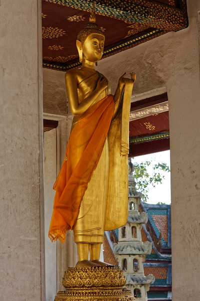 Buddha image in a small outdoor chapel to the rear of the assembly hall