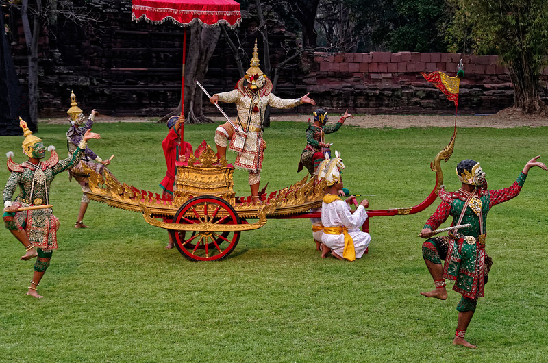 Sahasadecha on his chariot, accompanied by warriors