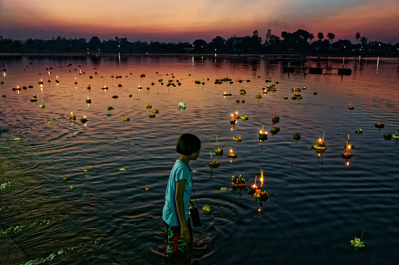 The spectacle of hundreds of <i>krathong</i> afloat on the water can be quite enchanting.
