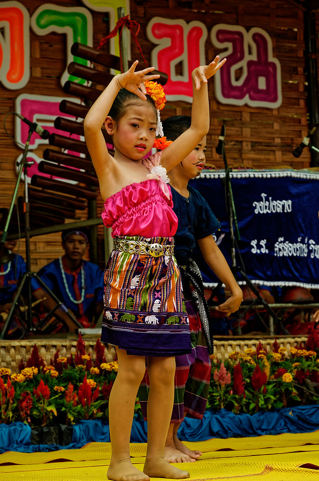 Even the little ones dance on stage, accompanied by musicians playing traditional instruments.