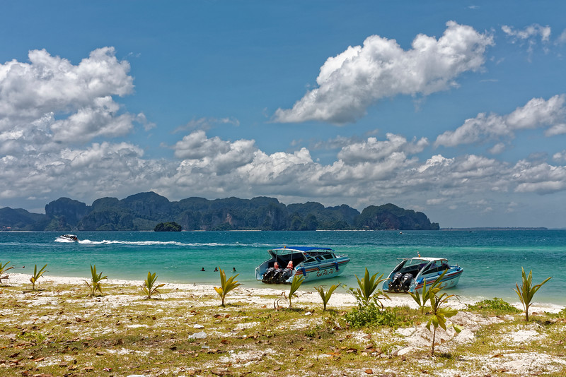 Speedboats at anchor on Poda