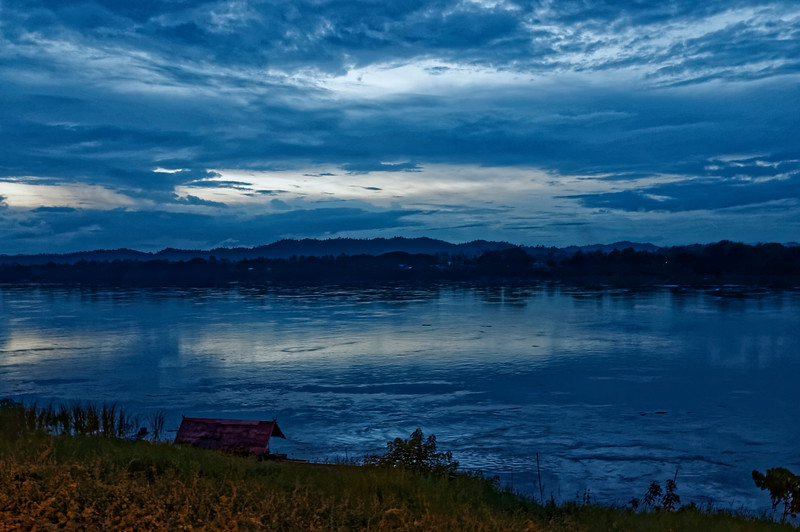 Darkness settles in quickly over the Mekong at Chiang Khan, but the sky retains its impressive spectacle as night closes in.