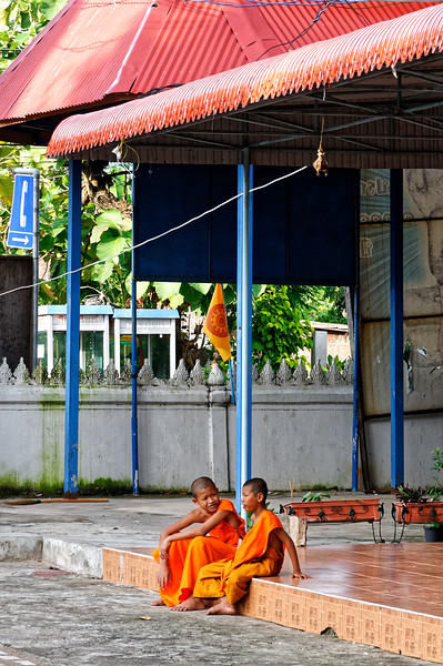 Two pals in conversation at Wat Sa Kamphaeng Yai, Sisaket Province