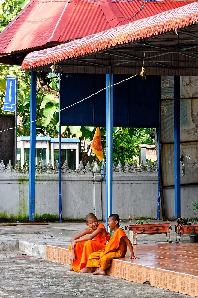 Two pals in conversation at Wat Sa Kamphaeng Yai, Sisaket Province