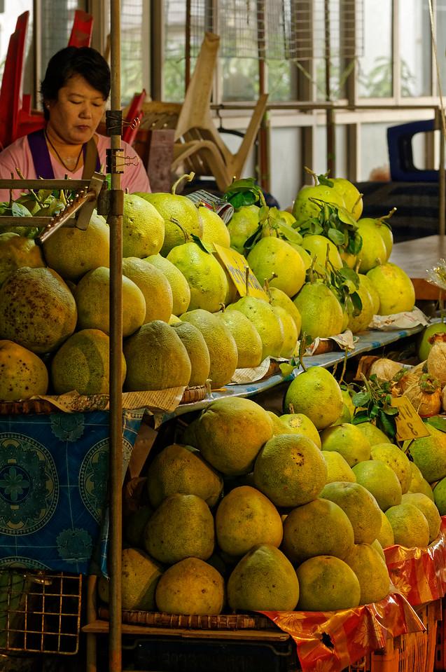 Whole pomelos for sale, Don Wai Market