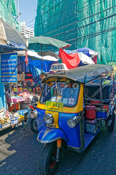 As suggested above, the streets in Bangkok's Chinatown become a kind of obstacle course, with vendors and bargain-hunting shoppers competing with <i>tuk tuks,</i> delivery vans, and other vehicular traffi􀊦c for the limited space available.