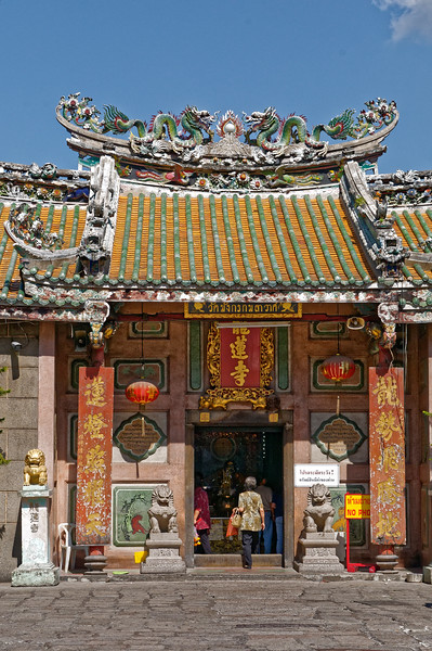 A Chinese temple in Yaowarat, Wat Mangkon Kamalawat, built in 1871 as a Mahayana Buddhist place of worship. (No photography allowed inside.)