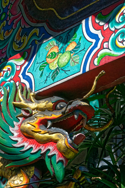 Guardian dragon at the entrance to Wat Mangkon Kamalawat