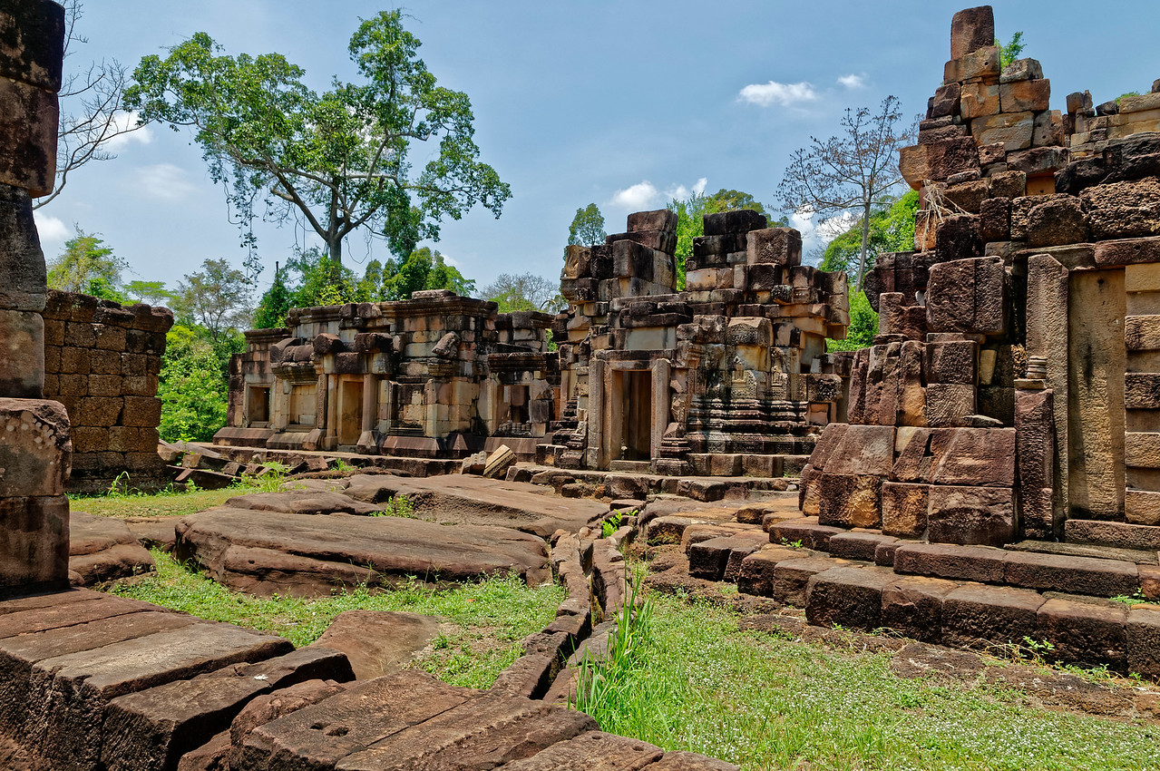 Ta Muean Thom contained a central shrine, two secondary towers, and two laterite buildings. Foundations for three additional structures are also present.